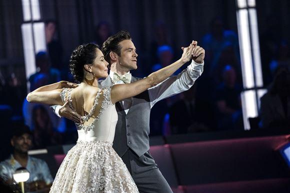 Silas Holst og Nukâka Coster-Waldau danser