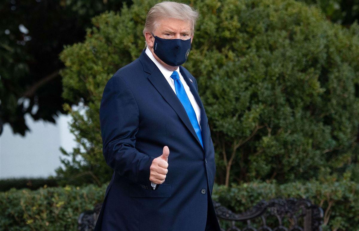 Donald Trump iført mundbind forlader Det Hvide Hus