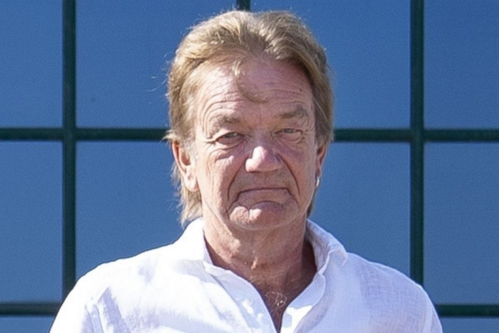 Billede af en smilende Lars Lilholt i hvid skjorte