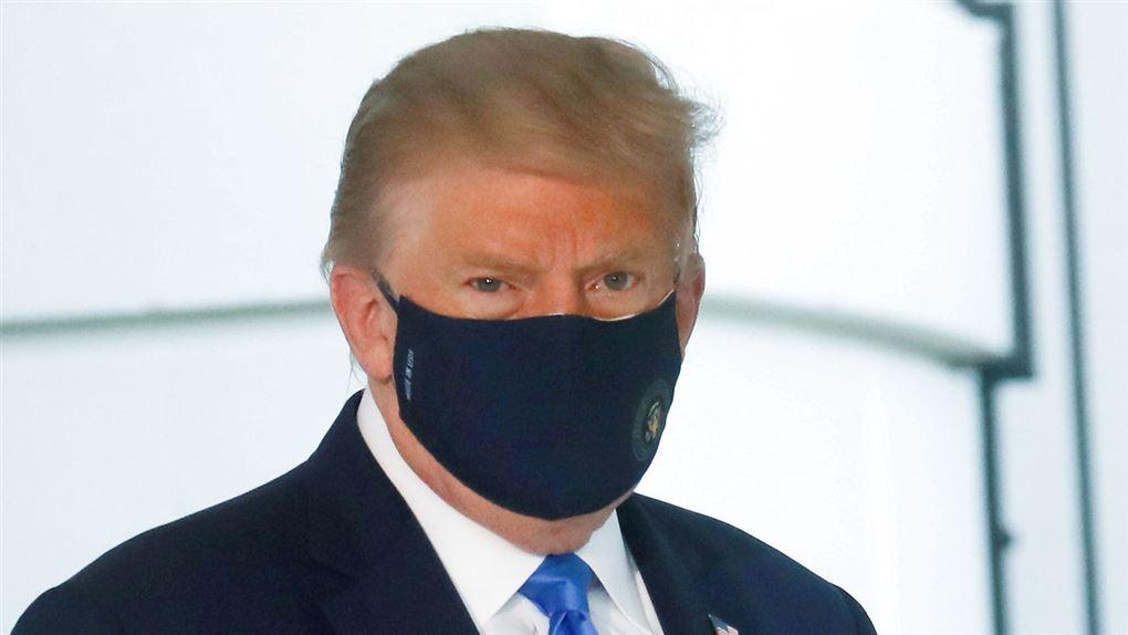 Donald Trump ses med mundbind