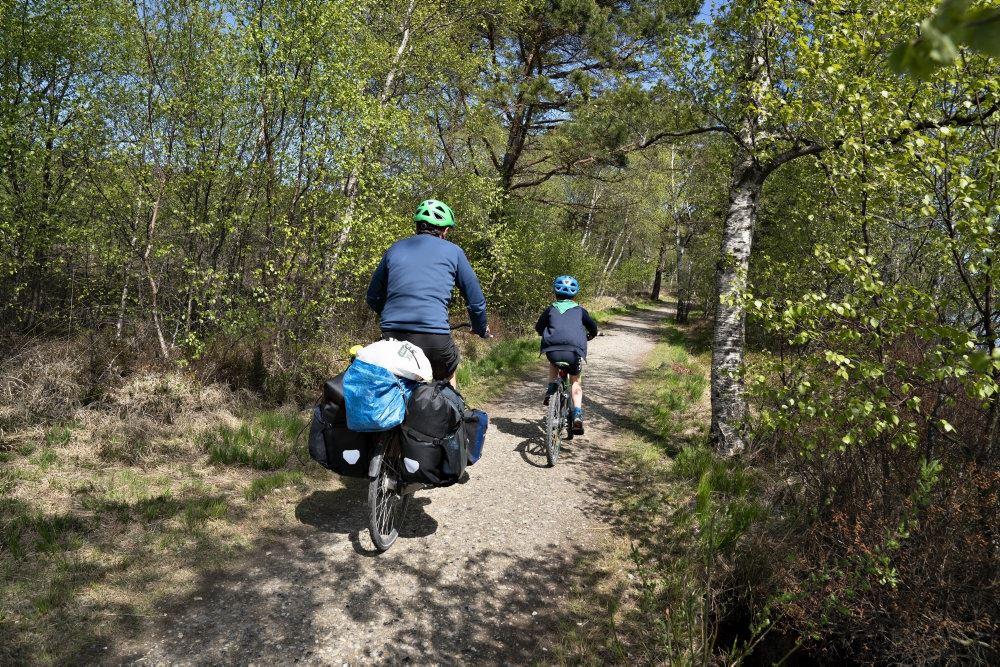 To cyklister i skoven