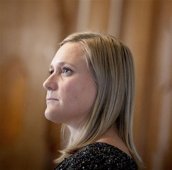 Billede af en blond kvinde fra siden