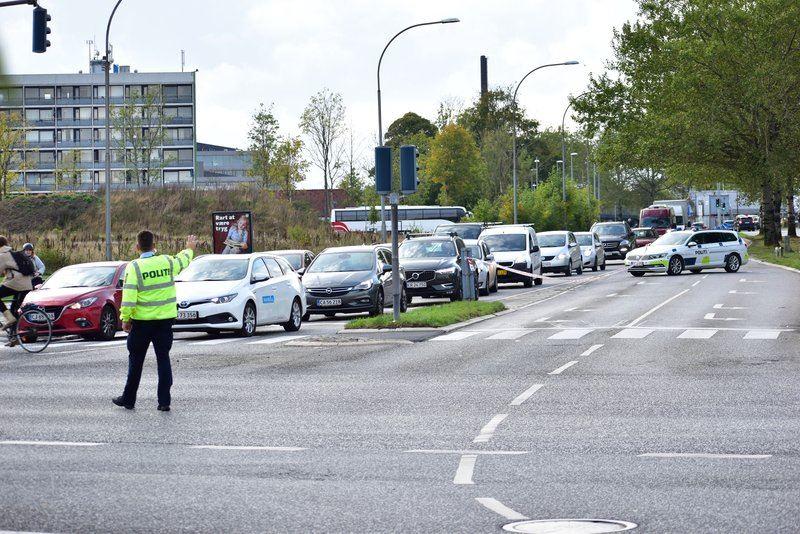 Politi regulerer trafikken i kryds i aarhus