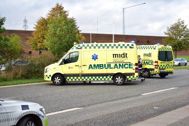 to ambulancer holder på vejen