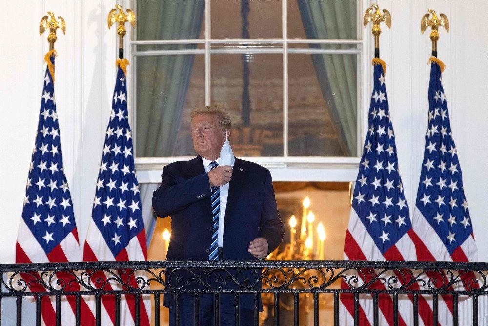 donald trump står på altan ved det hvide hus