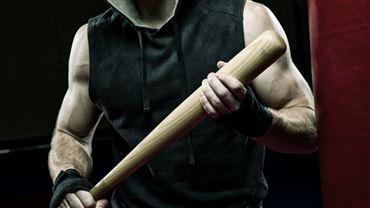 mand med baseballbat