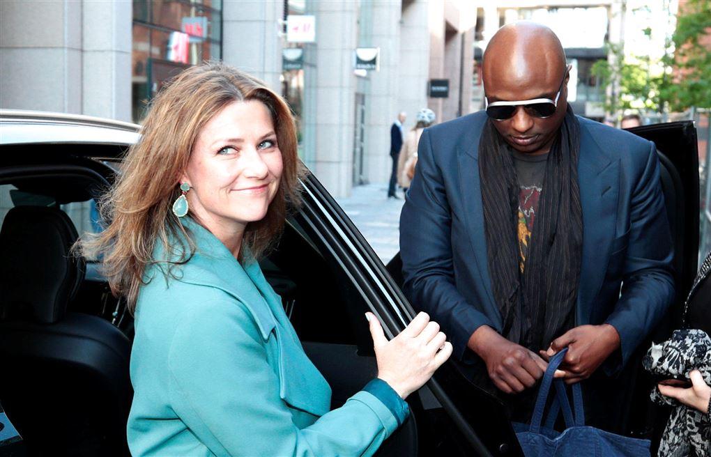 Märtha Louise og Durek Verrett stiger ud af en bil