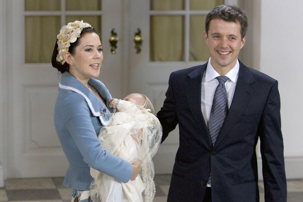 Kronprinsesse Mary og kronprins Frederik smiler under dåben af Prins Christian i 2006.