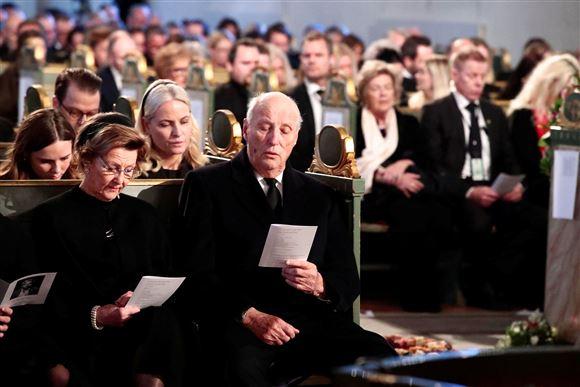 norske kong harald og dronning sonja sidder på forreste række i kirke