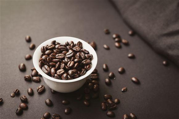 skål med kaffebønner på bord