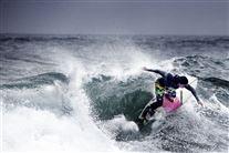 En surfer på toppen af en bølge