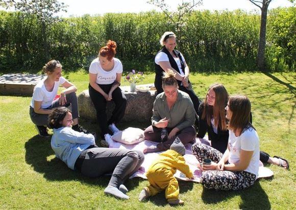 Billeder af kvinder på picnic i skoven