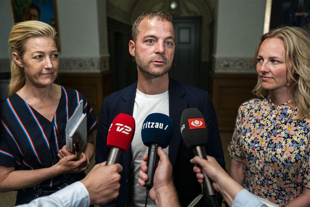 Sofie Carsten Nielsen, Morten Østergaard og Ida Auken står bag mikrofoner