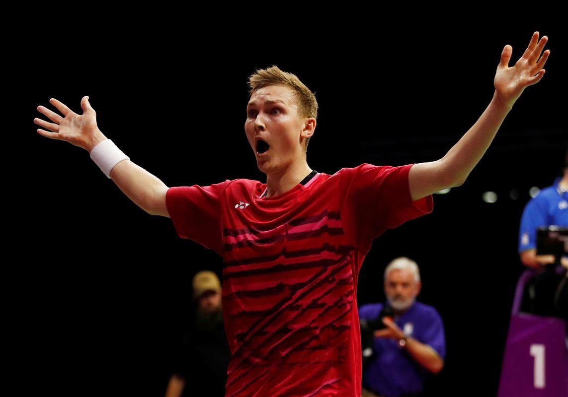 den danske badmintonnspiller Viktor Axelsen gestikulerer på banen