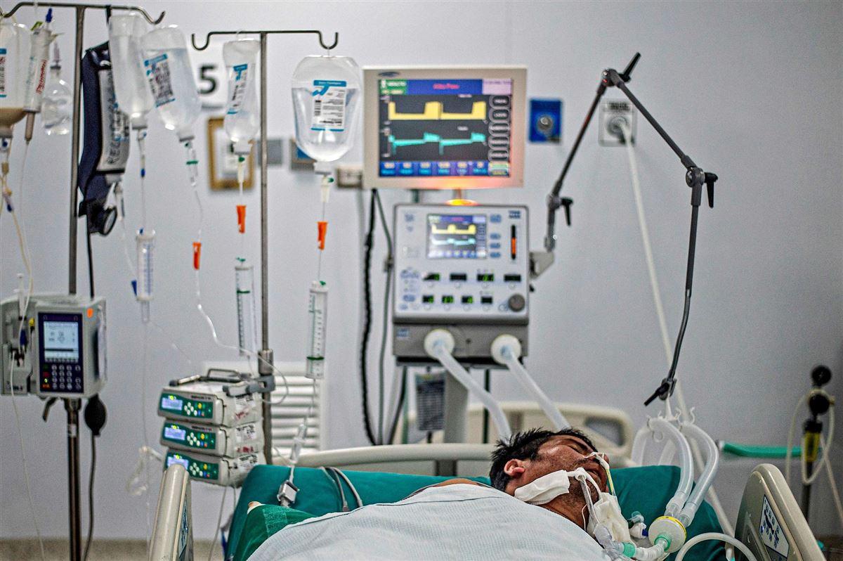 En mand i en hospitalsseng