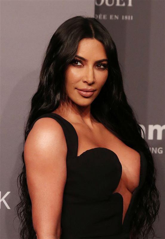 Billede af Kim Kardashian i en nedringet sort kjole