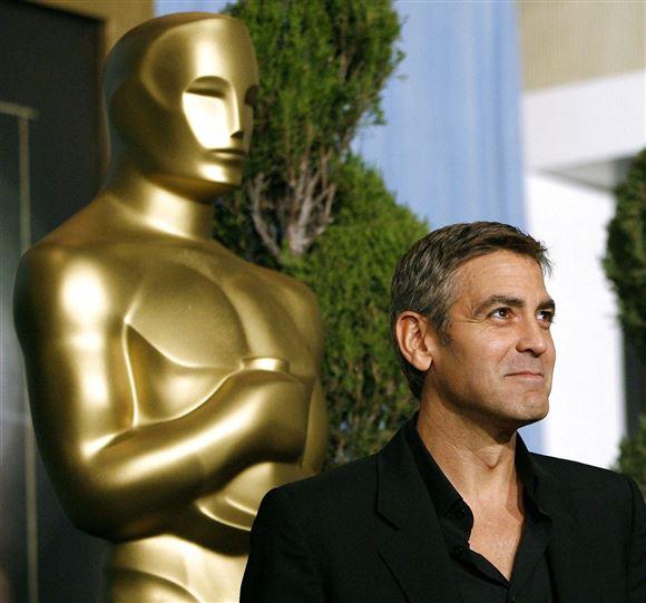 George Clooney foran en stor forgyldt Oscarstatuette