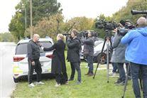En mand bliver interviewet mens en hel hær af fotografer og journalister kigger på ham