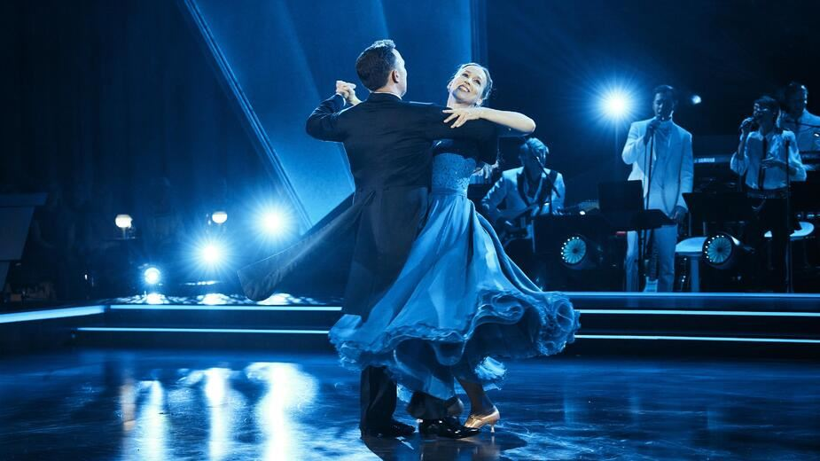 Par danser wienervals på dansegulvet i tv-programmet vild med dans