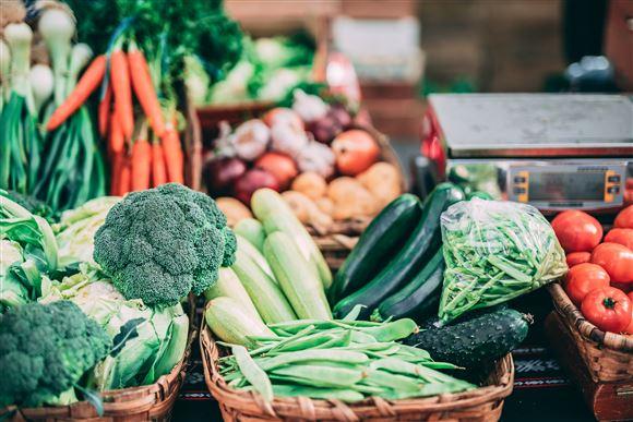 En masse grøntsager stablet op