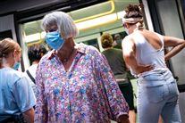 Folk med mundbind i metroen i København