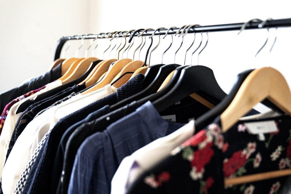 Et tøjstativ med en masse tøj på bøjler