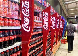 En lang gang med cola-dåser og flasker.