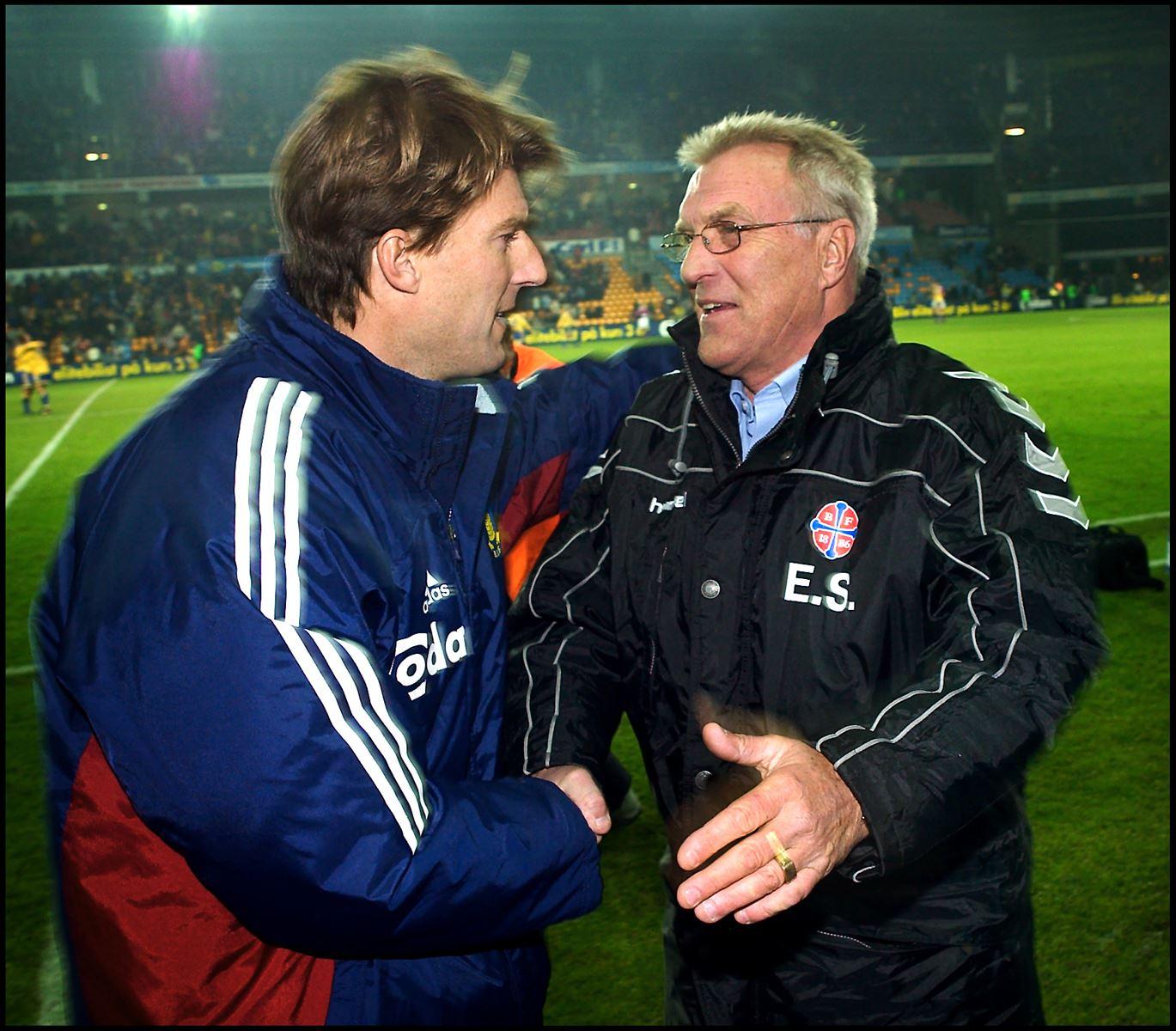 Fodboldtræneren Ebbe Skovdahl hilser på sin nevø Michael Laudrup efter en kamp i 2003