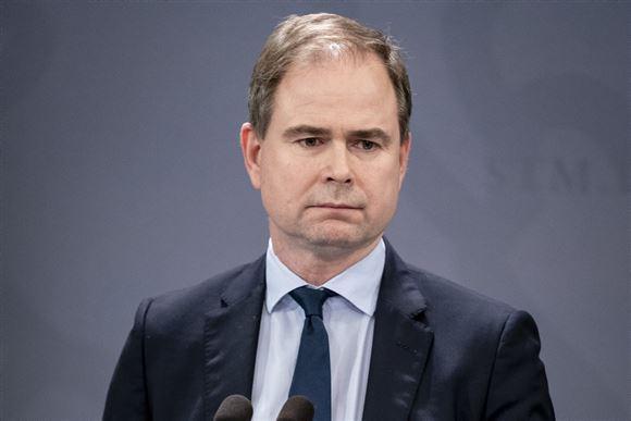 finansminister Nicolai Wammen (S) står på pressemøde