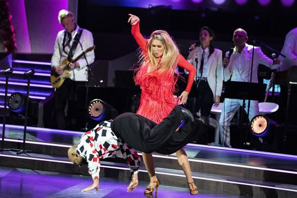 Skuespiller Janus Bakrawi og partner Karina Frimodt på gulvet i vild med dans