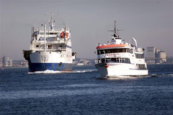 to færger sejler på havet