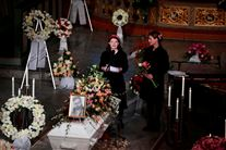 Prinsesse Maude Angelica holder tale ved sin fars kiste i kirken. Hun er omgivet af blomsterkranse.