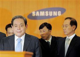 Lee Kun-hee bestyrelsesformand i Samsung står i selskab med tre mænd