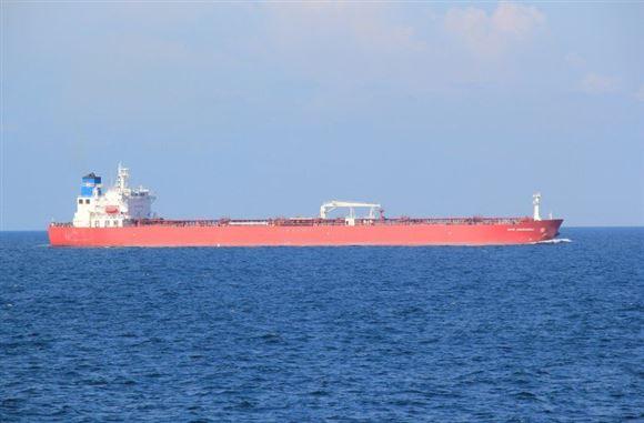 rødt tankskib sejler på havet