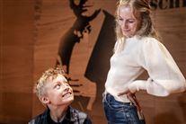 Noah Storm Otto kigger op på Flora Ofelia Hofmann Lindahl med et smil