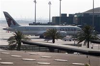 fly fra Qatar Aieways holder ved gate i lufthavn i Doha
