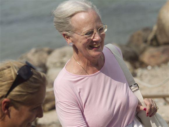 dronning margrethe smiler mens hun går ved stranden