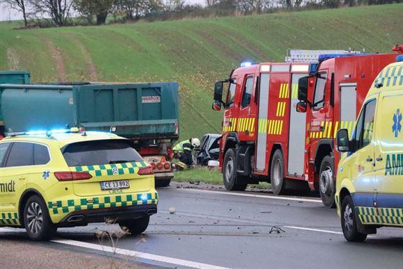 ambulancer og lægebiler holder på vejen ved trafikulykke