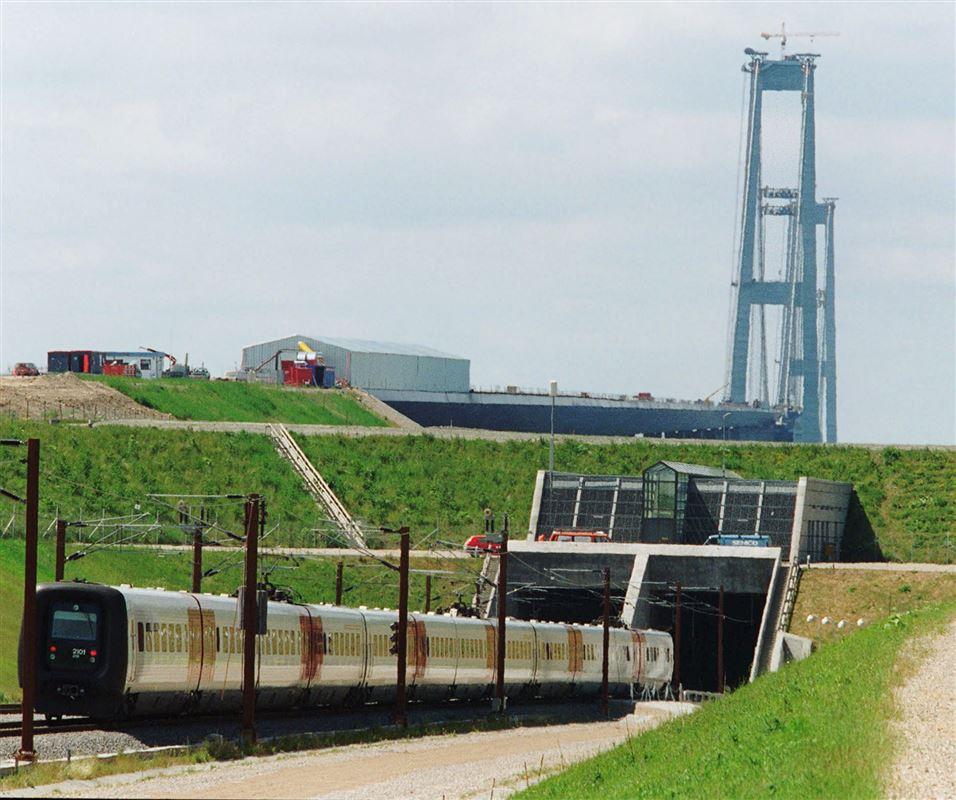 IC 3-tog på vej ind i tunellen under Storebælt med Storebæltsbroen i baggrunden