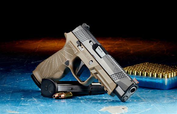pistol på bord med ammunition i baggrunden