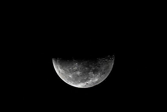 Månen halvt fuld