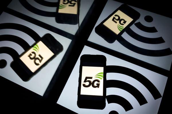 En masse mobiltelefoner med et 5G på skærmen