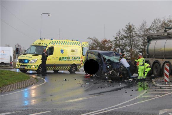 En ambulance holder ved en smadret varevogn