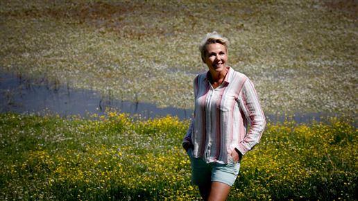 tv-værten Lene Beier i korte bukser ude i naturen