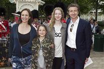 Skuespilleren Nicolaj Kopernikus poserer for kameraet sammen med Birgitte Næss-Schmidt og to af parrets børn