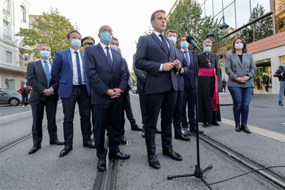 Den franske præsident Emmanuel Macron på gaden i Nice