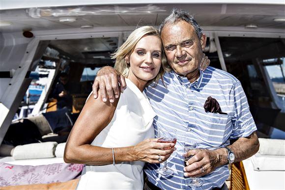 Karsten Ree med arm om Janni ombord på yacht.