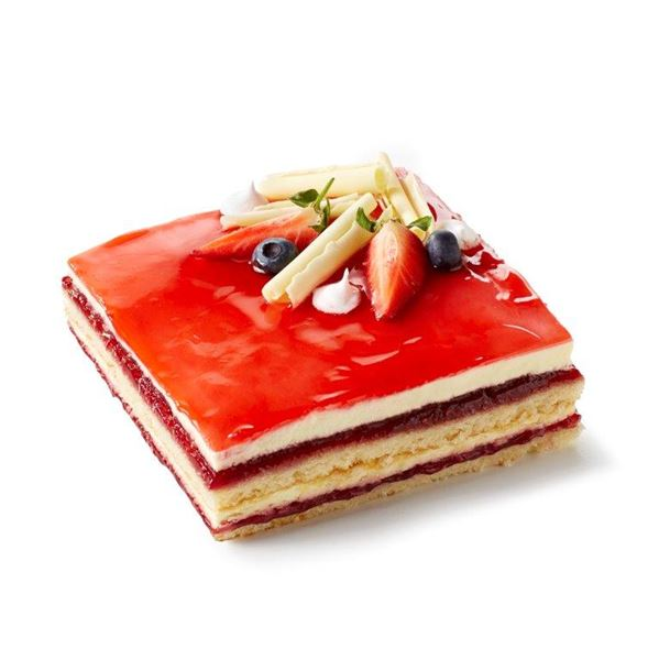 en lagdelt kage med jordbærglasur og pynt