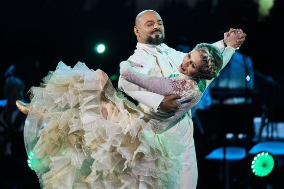 Karina Frimodt i stort skrud danser med Janus Bakrawi i VMD