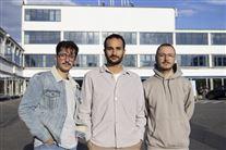 Tre fyre i solen foran en bygning i Kødbyen på Vesterbro
